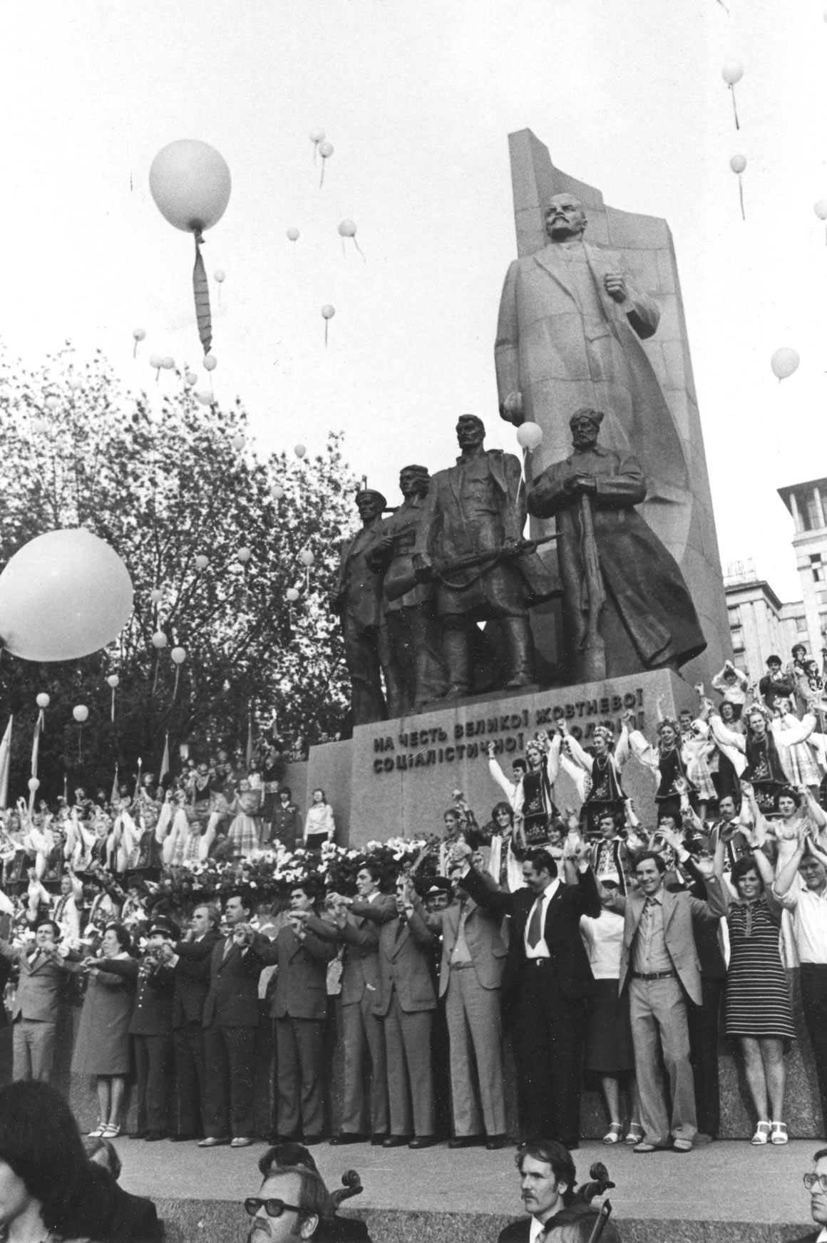 1978 год, Киев. Открытие фестиваля «Молодые голоса» наОктябрьской площади, которая теперь называется майдан Незалежности. Этот снимок был сделан для газеты «Культура і життя»