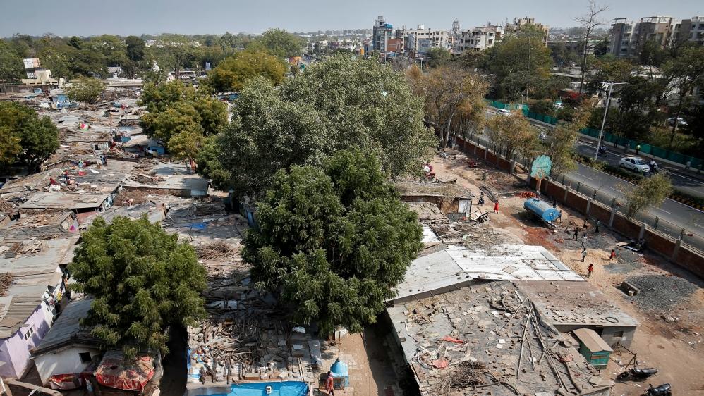 В Индии перед визитом Трампа трущобы обнесли стеной и выселяют жителей