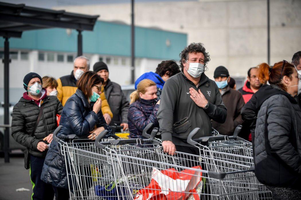 """Коронавирус в Италии: в магазинах раскупают продукты, медики ищут """"нулев..."""