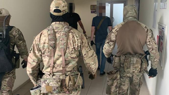 ГБР проводит обыски в Одесской мэрии по делу о покупке бесплатных учебни...
