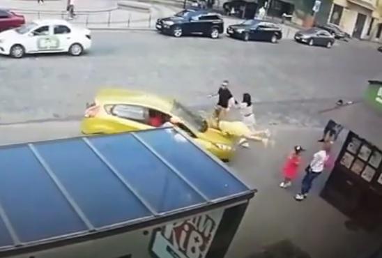 Во Львове женщина-водитель дважды сбила пешехода на остановке