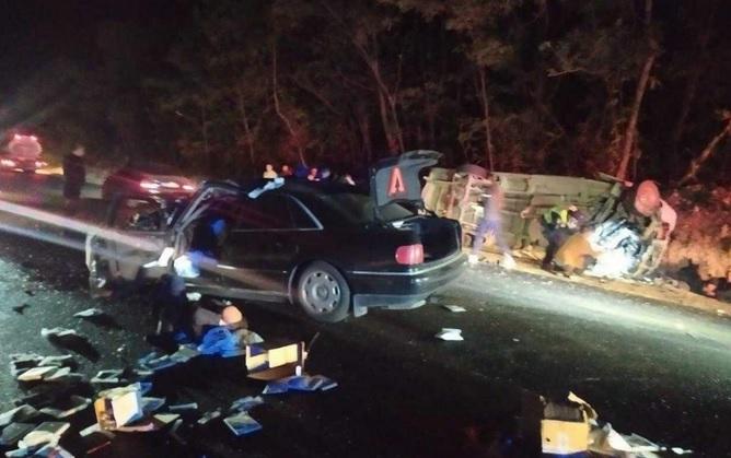 Под Черновцами легковушка сбила маршрутку: один человек погиб, 12 травми...