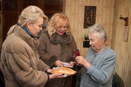 """Батон и медали: в Крыму """"тепло"""" поблагодарили ветеранов, переживших блок..."""