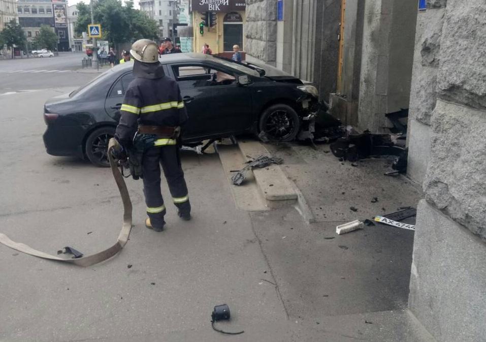 В Харькове автомобиль влетел в горсовет