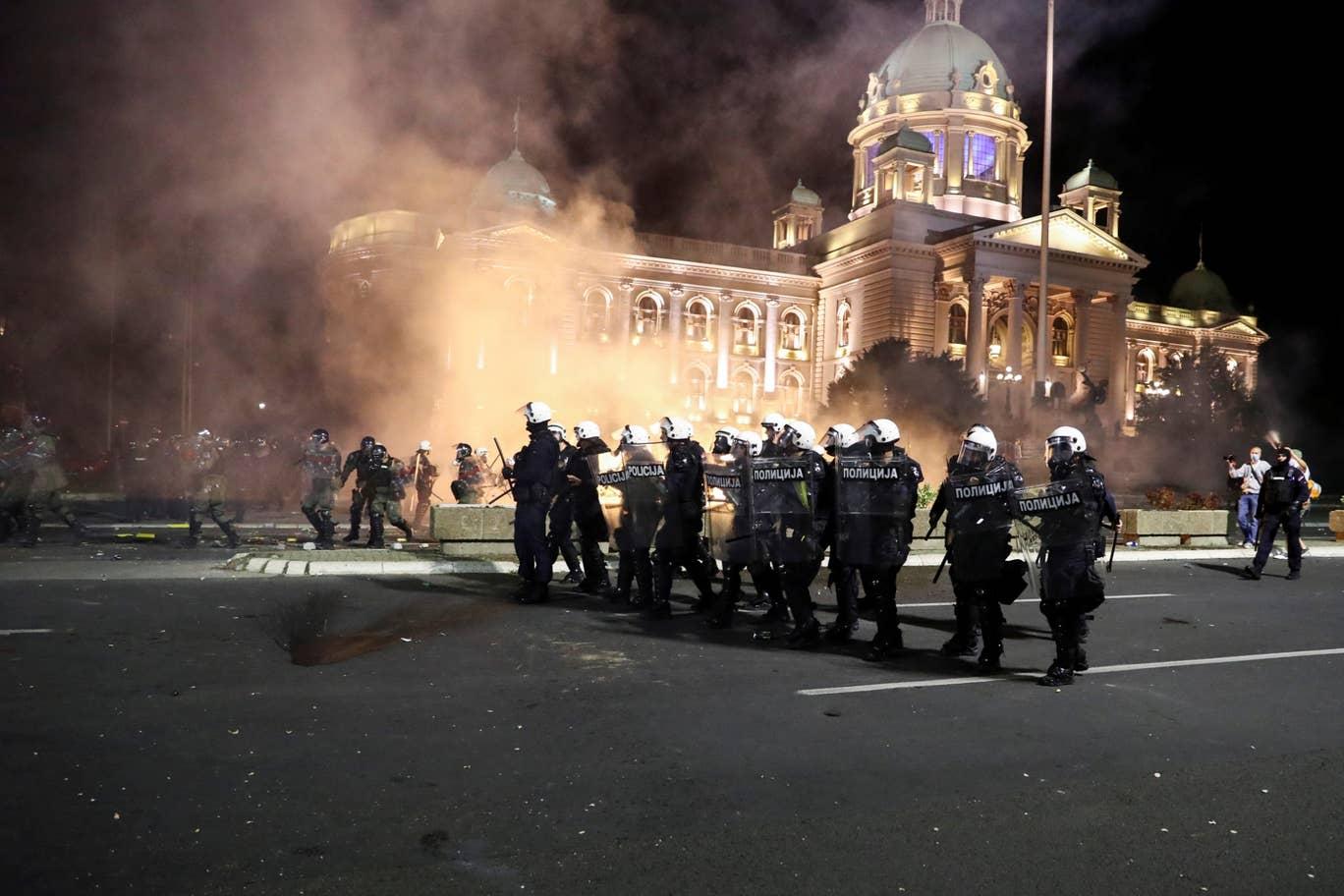 Белград в огне: в Сербии проходят массовые протесты против комендантског...