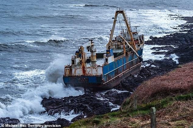 """Шторм """"Дэннис"""" прибил к берегам Ирландии корабль-призрак из Западной Афр..."""