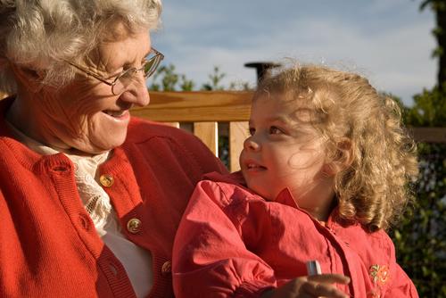 Британские ученые поняли, для чего существуют бабушки