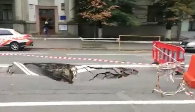 В Киеве возле Офиса президента провалился асфальт