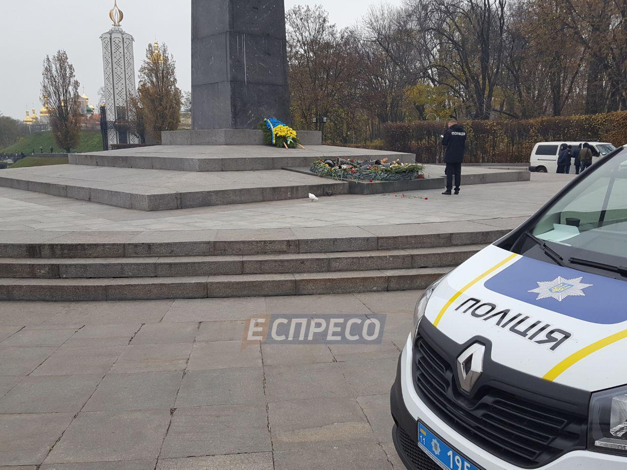 Вандалы залили цементом мемориал Вечный огонь в Киеве