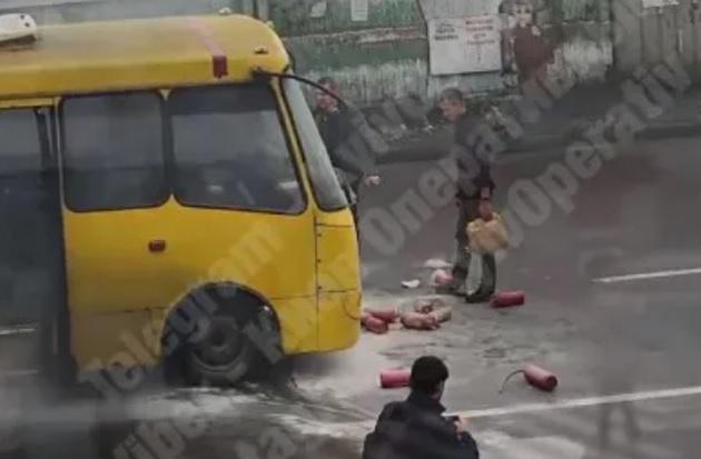 В Киеве во время движения загорелась маршрутка с пассажирами