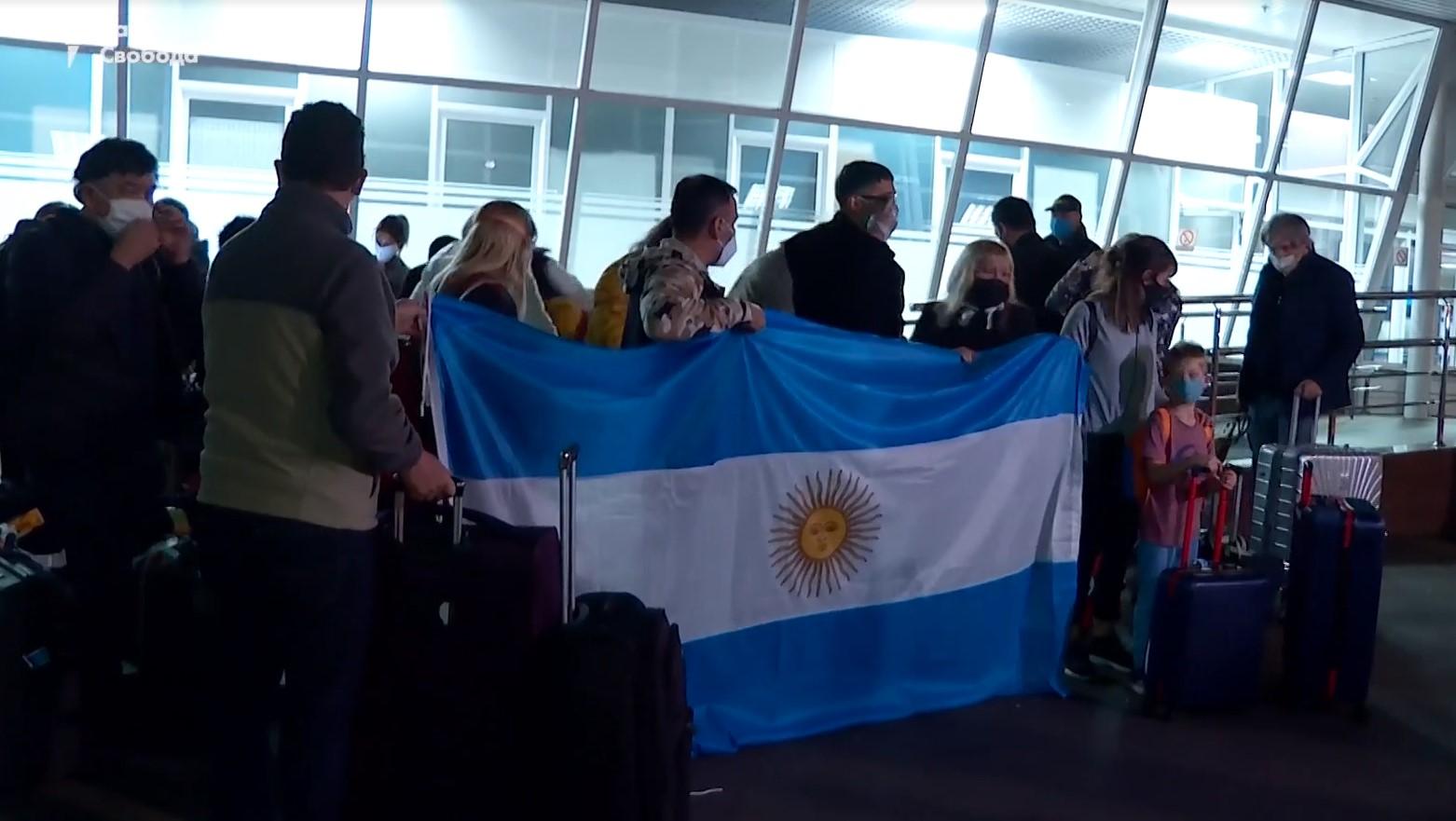В Украину к своим детям от суррогатных матерей прилетели 11 пар из Арген...