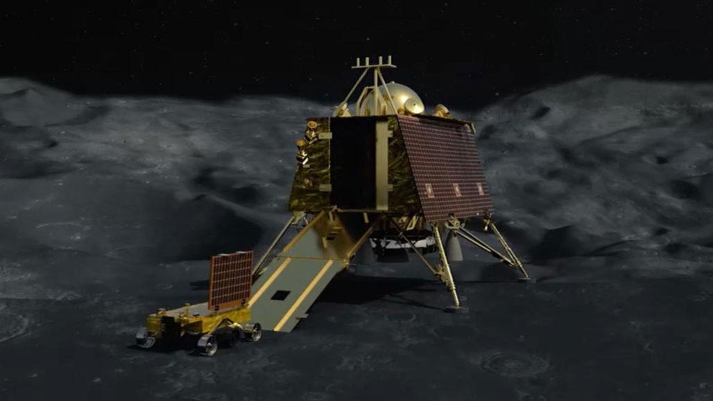 Индийский орбитальный зонд отыскал на Луне место крушения посадочного мо...
