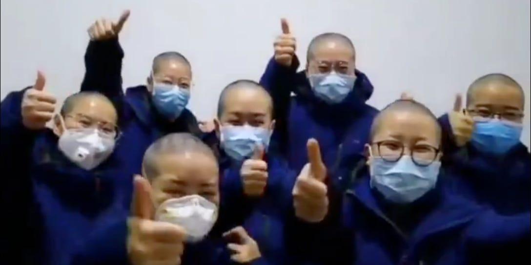 Китайские медсестры в Ухане добровольно бреют головы, чтобы снизить риск...