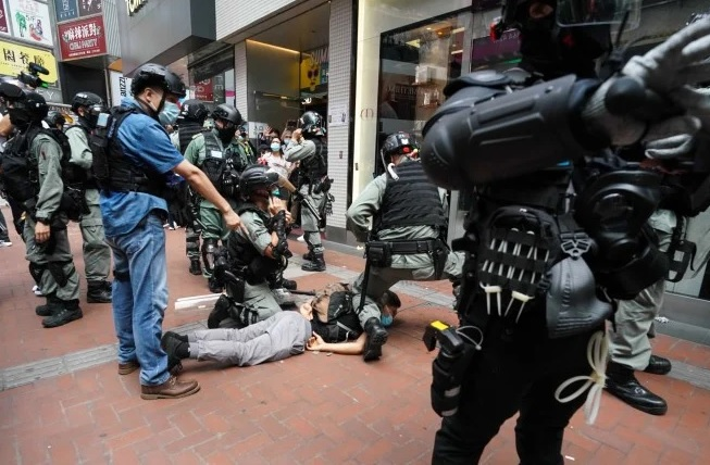 В первый день действия закона о нацбезопасности в Гонконге задержали 300...