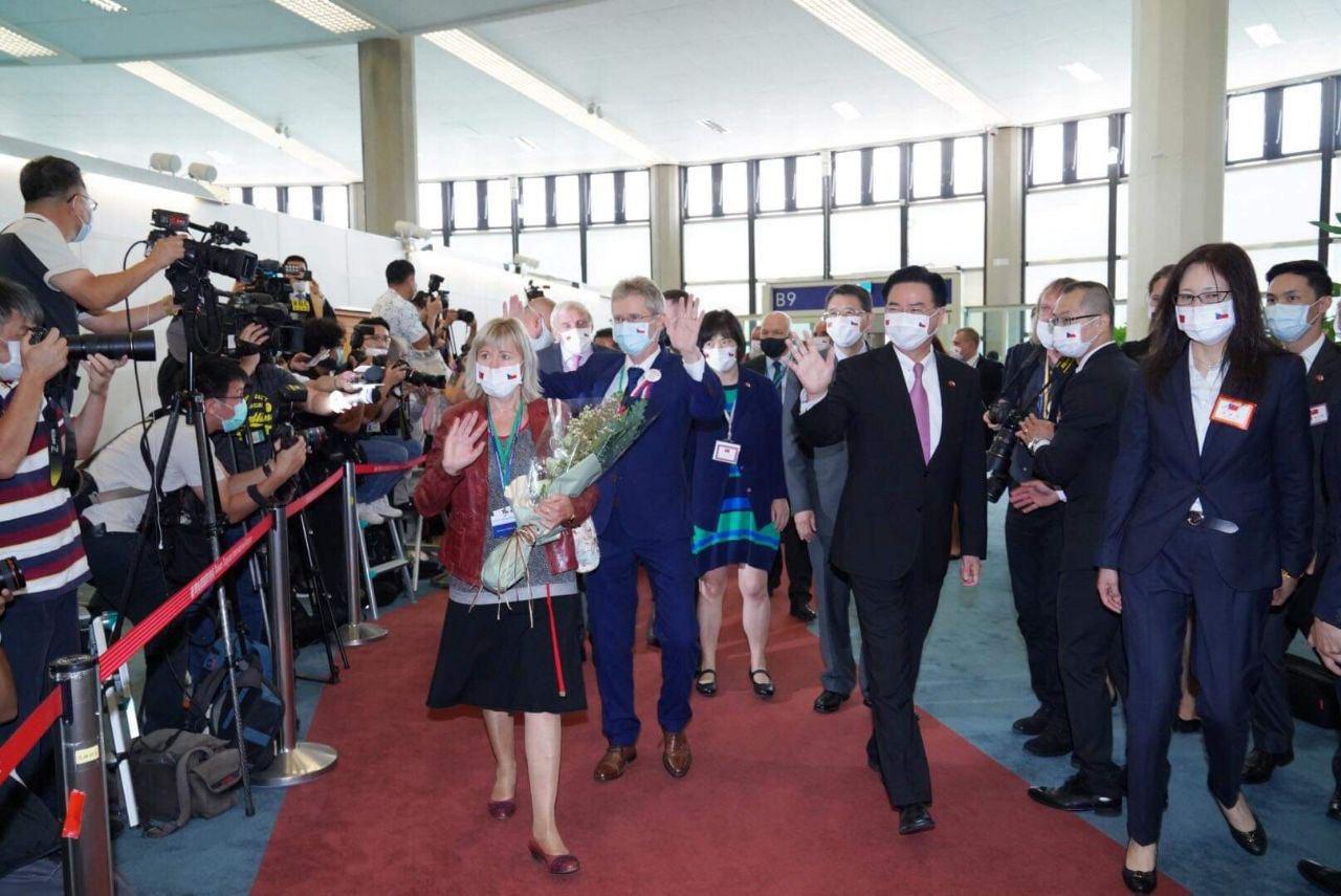 """Китай пообещал, что глава Сената Чехии """"дорого поплатится"""" за свой визит..."""