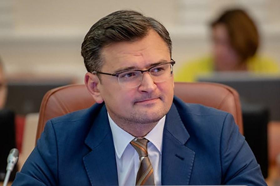 Кулеба попросил украинцев за границей не покупать билеты домой после 17...
