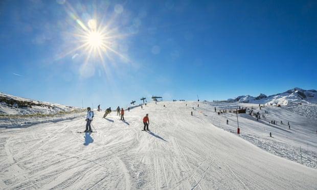 Во Франции горнолыжный курорт пришлось посыпать снегом с вертолета