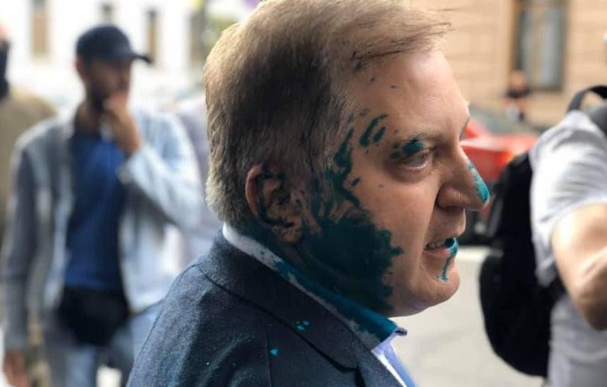 Активиста, облившего нардепа Волошина зеленкой, отпустили на поруки