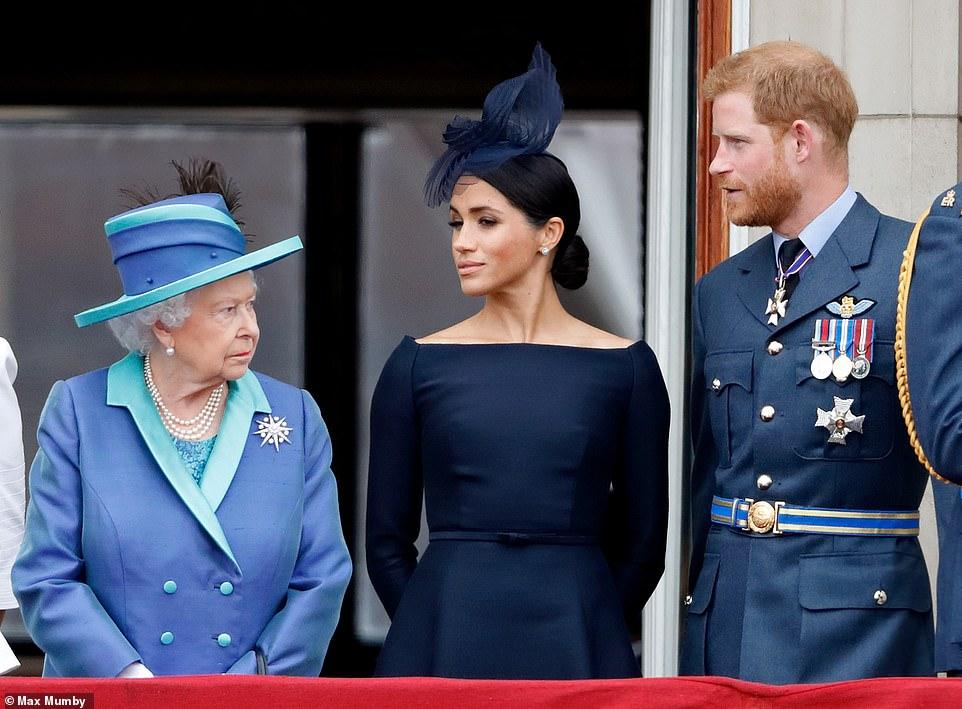 Бунт при дворе: королева Елизавета II провела экстренную встречу из-за п...