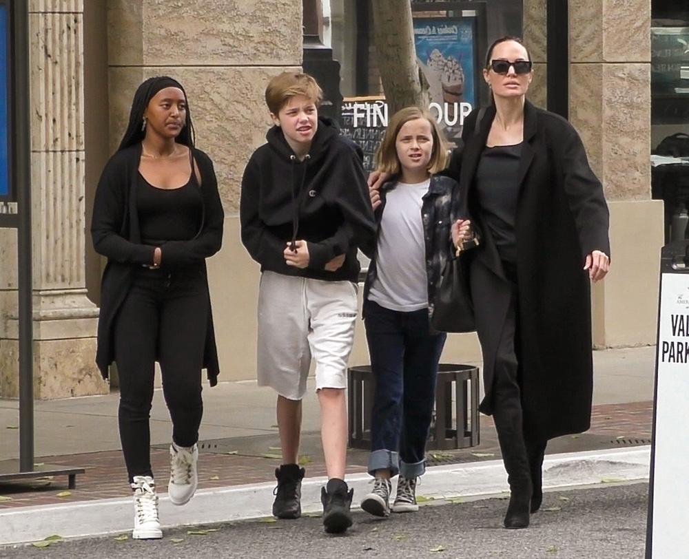 """Анджелина Джоли с дочками устроила """"девичник"""" в Лос-Анджелесе"""