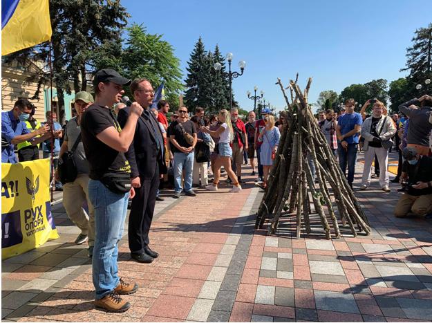 """""""Мова або смерть"""": активисты пронесли под Раду дрова, произошла потасовк..."""