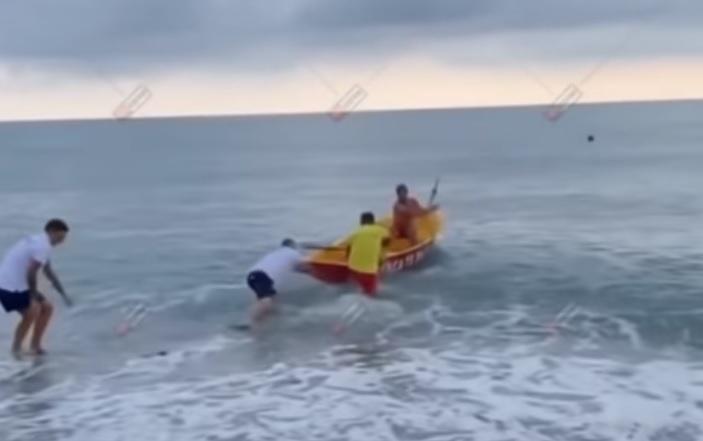 """В Сочи спасатели не смогли забраться в лодку и """"утопающий"""" вышел на бере..."""