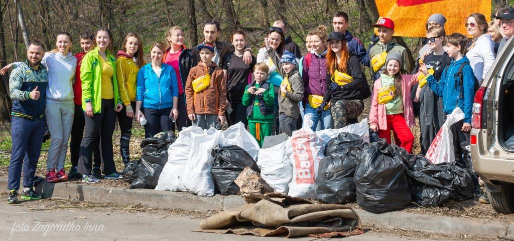 Киевляне устроили пробежку с мусорными пакетами
