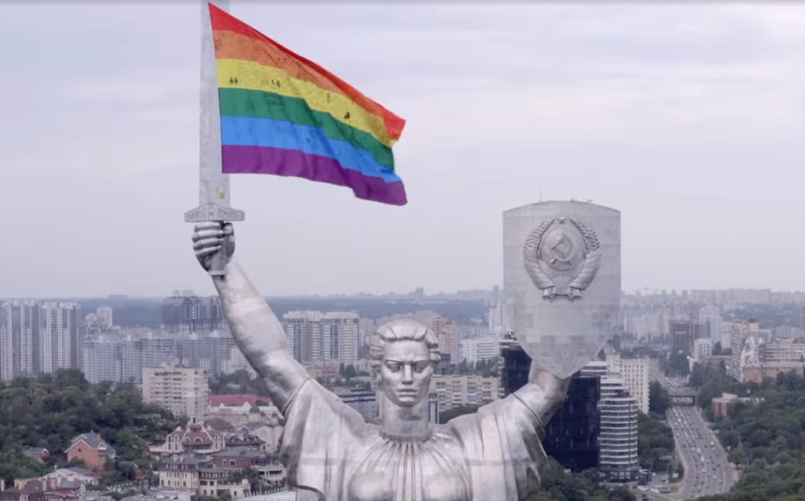 """Мечом и радугой. В соцсетях обсуждают флаг ЛГБТ-движения возле """"Родины-м..."""