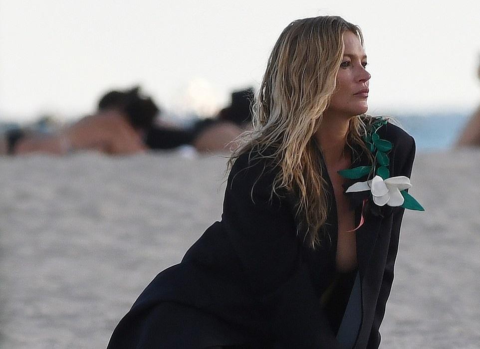 Топлесс и с сигаретой: Кейт Мосс снялась в рекламной фотосессии для Dior