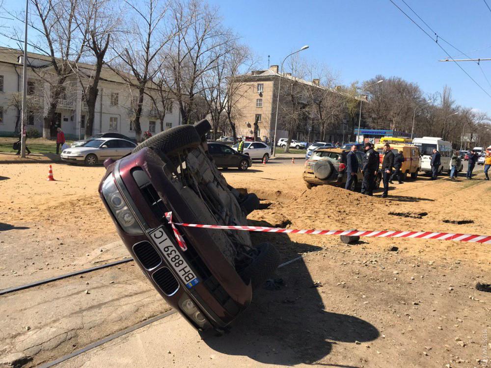 Взрыв в Одессе: машину с водителем перевернуло на трамвайные пути
