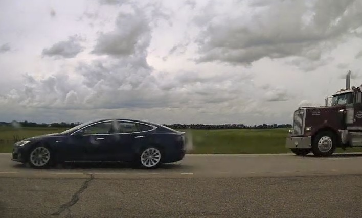 В Канаде полиция устроила погоню за Tesla со спящим водителем