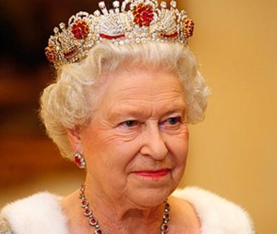 Елизавета II надела неожиданно смелый наряд