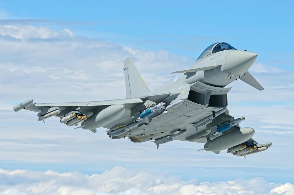 Британские истребители Typhoon  перехватили пять российских военных само...