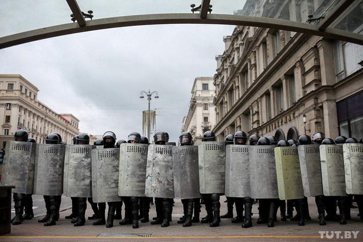 """""""Тихари"""" на протестах в Минске. Митингующие обратили в бегство """"силовика..."""