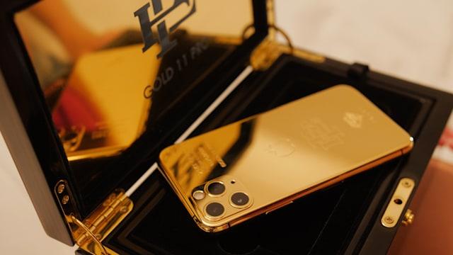 """Брат Пабло Эскобара борется с Apple, продавая """"позолоченный"""" iPhone 11 P..."""