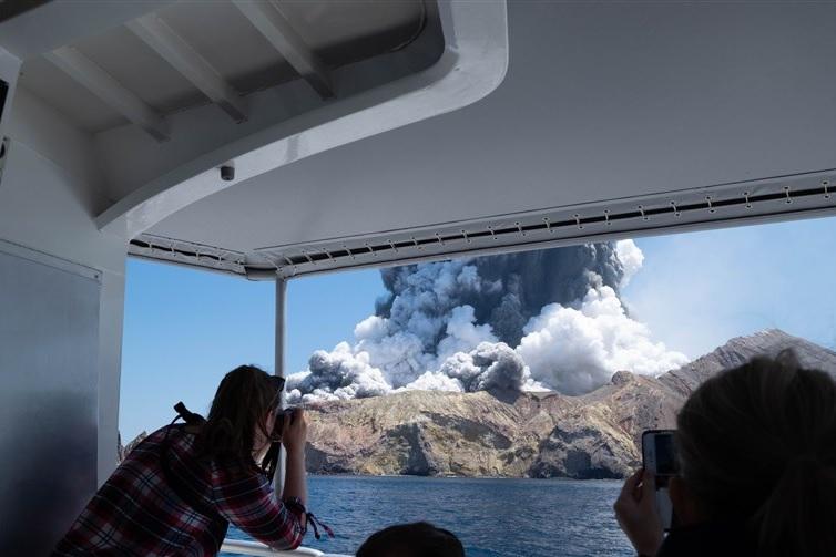 Извержение вулкана в Новой Зеландии: погибли 5 туристов, еще 50 застряли...