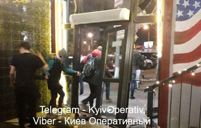 Погром кафе в Киеве: группа неадекватных людей на автомобиле протаранила...