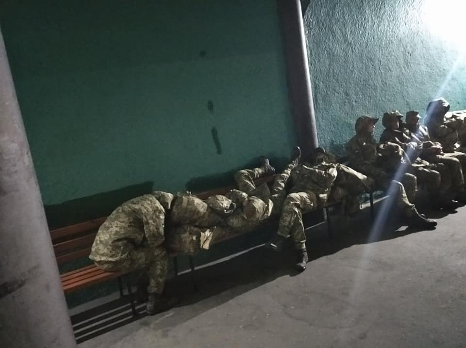 В Черкассах солдаты-новобранцы спали на лавочках автовокзала: военная ча...
