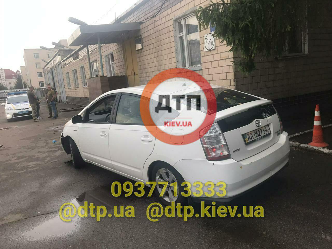 В Киеве нетрезвый майор совершил наезд на девушек, стоявших у входа в зд...