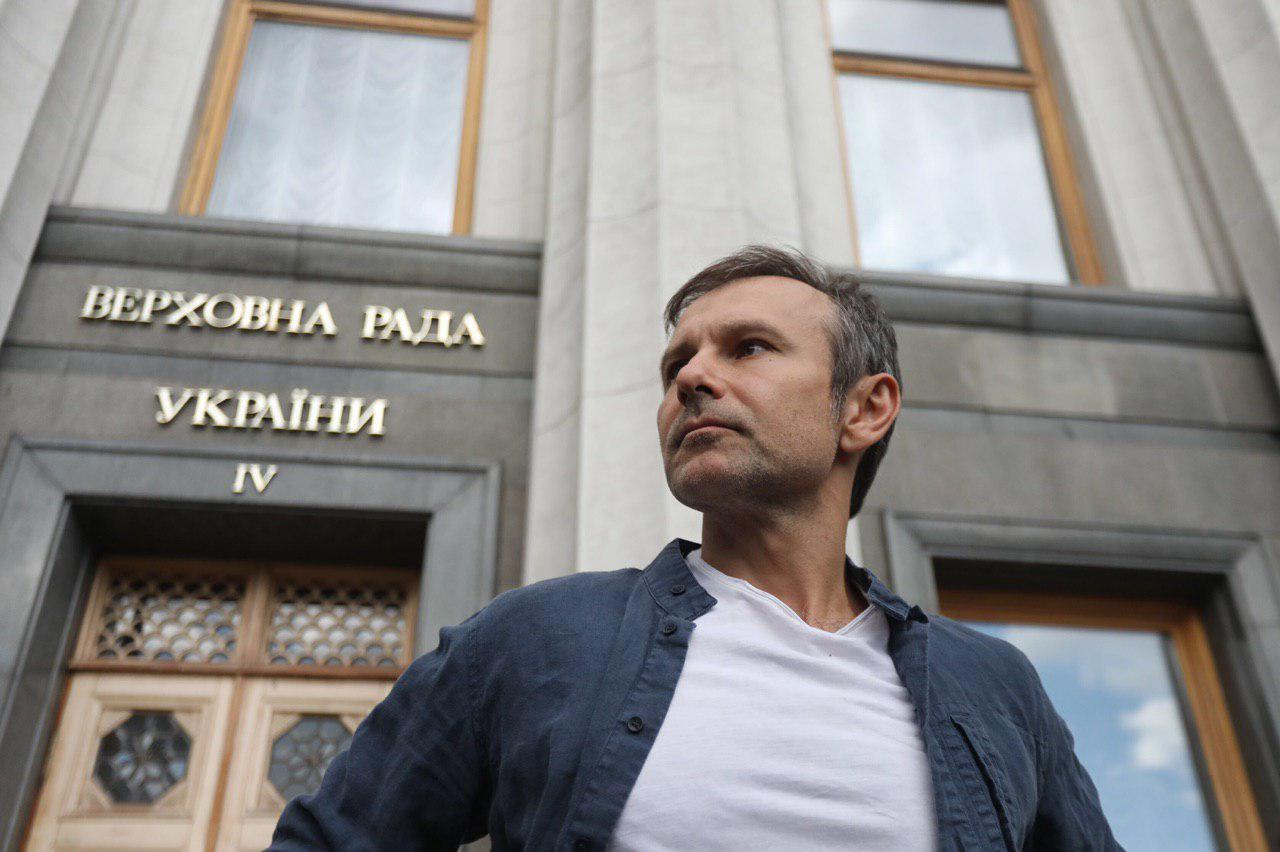 РосСМИ запустили фейк о сложении Вакарчуком депутатского мандата