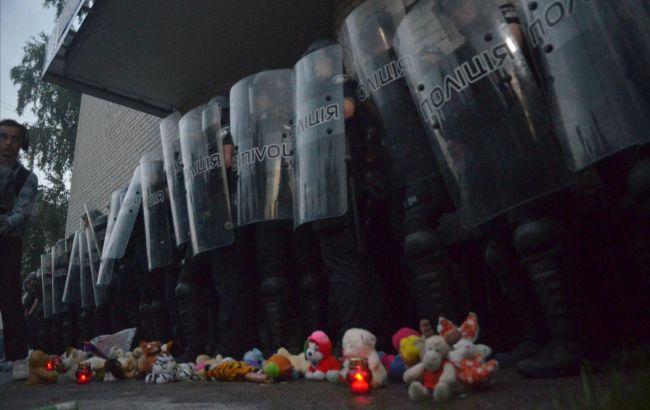 Убийство ребенка: в Переяславе активисты бросали в полицейских игрушки и...