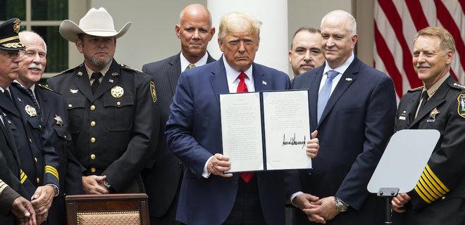Трамп подписал указ о реформе полиции: копам запретят применять удушающи...