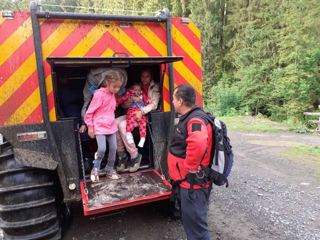 Спасатели помогли туристами спуститься с Говерлы, забрав детей на болото...