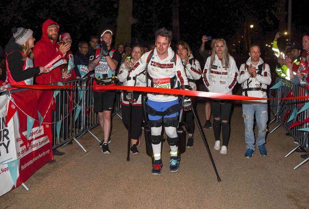 Парализованный британец преодолел марафон