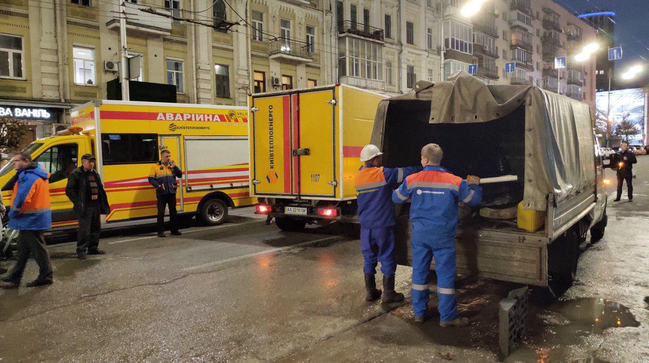 Коммунальщики ликвидируют прорывв теплосети в центре Киева