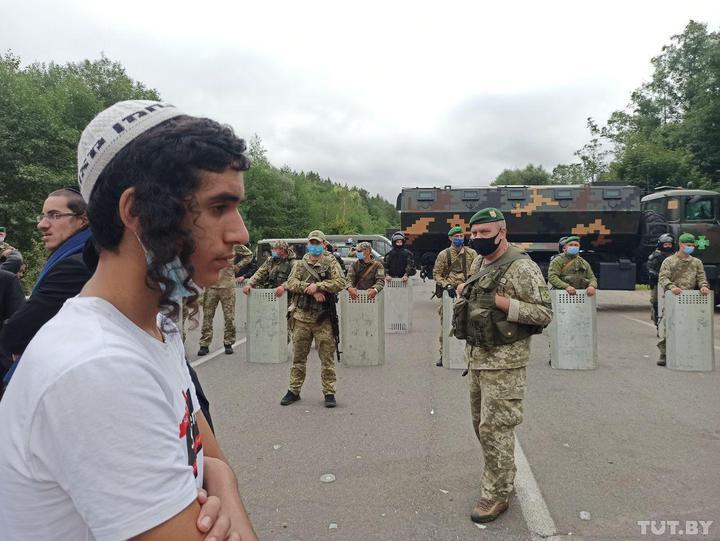 Хасидов на границе кормят кошерной едой. Лукашенко считает, что они натк...