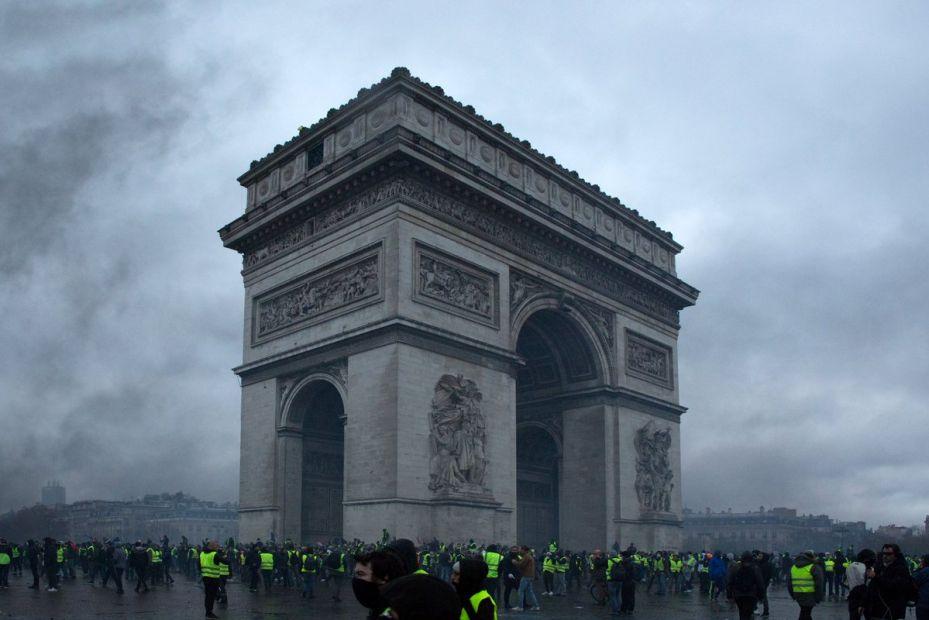 Поврежденная Триумфальная арка в Париже откроется 8 мая