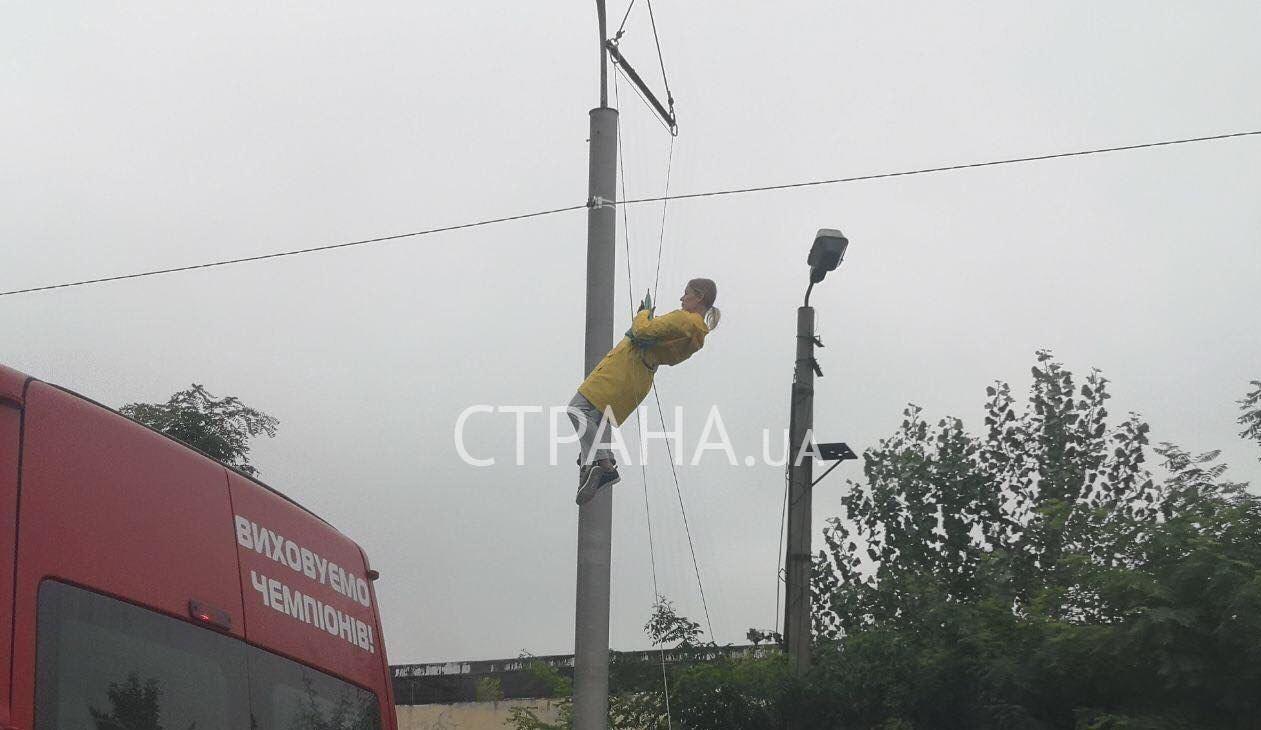 Дублер Верещук снова летает над Киевом: из-за съемок образовалась пробка