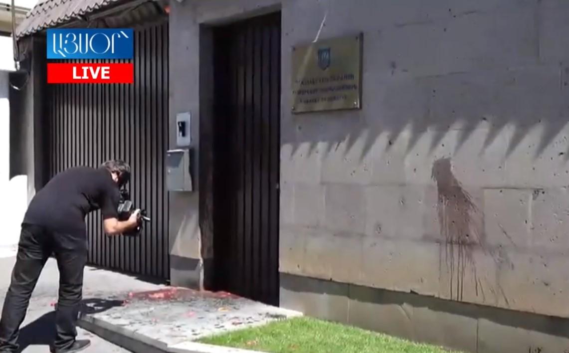 Посольство Украины в Армении облили борщом за поддержку Азербайджана