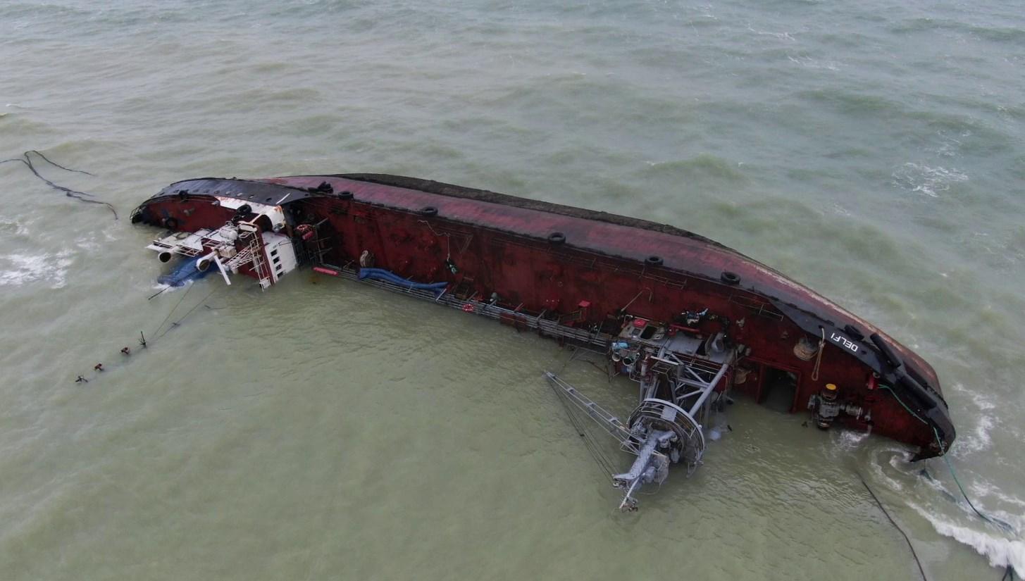 В порту рассказали, когда уберут севший на мель танкер Delfi